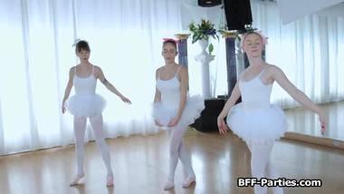 3 teen ballerine su 1 grosso cazzo