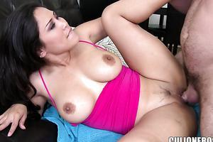 bruna puttana si prepara per il sesso