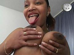 Paffuto pulcino nero giocando con dildo in camera da letto